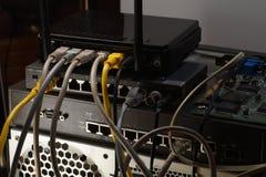 Router, interruptor e emaranhado de cabos do Internet Conexões de PC fotografia de stock