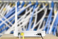 Router senza fili del modem con cavo che si collega sulla rete locale fotografia stock