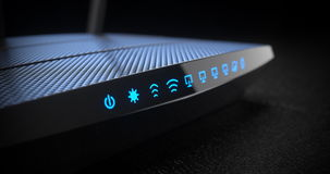 Router senza fili di Internet di Wi-Fi su fondo scuro Fotografia Stock Libera da Diritti