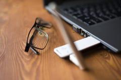 Router smontabile facoltativo per migliorare il segnale su un computer portatile fotografia stock libera da diritti