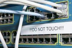 Routeren med pluggat in kablar, och ett tecken av ` TRYCKER PÅ INTE `, royaltyfria bilder
