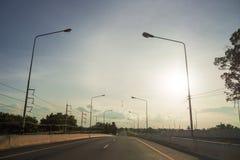 Routes au soleil de soirée en voyage image stock