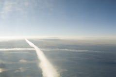 Routes de croisement dans le ciel Photo stock