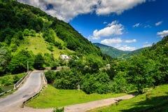 Routes de fourchette au village de montagne Images stock