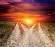 Routes de fourchette en steppe sur le fond de ciel de coucher du soleil photographie stock