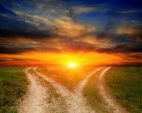 Routes de fourchette en steppe sur le fond de coucher du soleil photo libre de droits