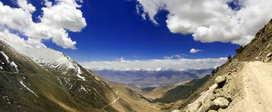Routes de montagne jusqu'au dessus de Khardungla, Ladakh, Inde Photos libres de droits