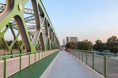 Routes de piéton et de bicyclette au vieux pont à Bratislava, Slovaquie photos libres de droits