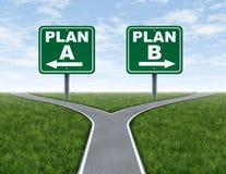 Routes en travers avec des signes de route du plan B du plan A Photo libre de droits