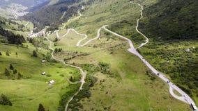 Routes multiples de vallée de montagne banque de vidéos