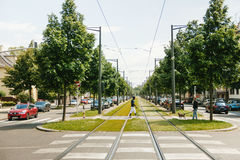 Routes noires de croisement d'homme d'appartenance ethnique au milieu de tra de chemin de fer Photo stock
