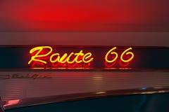 routetecken för 66 neon Arkivbild