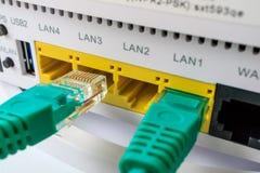 Routeur blanc qui inclut le vert de câble, accès Internet à la maison photo libre de droits