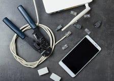 Routeur, câble à relier, smartphone et pinces pour les connecteurs de rabattement sur la surface image libre de droits