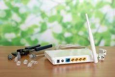 Routeur, câble de connexion internet, connecteurs de sertisseur sur la table photographie stock libre de droits