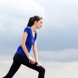 Routine atletica di allenamento della donna fuori Fotografie Stock