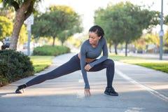 Routine di allenamento di mattina: bella ragazza sportiva che esegue spaccatura Fotografia Stock