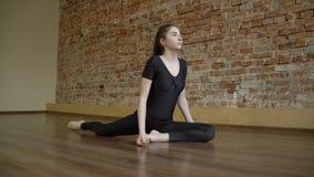 Routine di flessibilità della ginnasta di addestramento di forma fisica di sport Immagini Stock