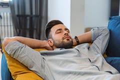 Routine quotidiana dell'uomo del celibe nel singolo concetto di stile di vita del salone che ha primo piano del pelo immagini stock libere da diritti