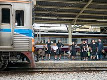 Rouwdragers in Hua Lamphong Station in Bangkok Stock Foto