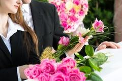 Rouwende Mensen bij Begrafenis met doodskist royalty-vrije stock fotografie