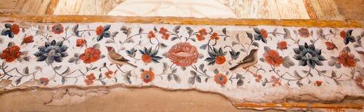 Rouxinóis e flores nos testes padrões de fresco antigos nas paredes do palácio histórico em Irã Imagens de Stock