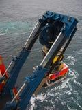 ROV of ver in werking gesteld voertuig dat van de kant van een schip wordt opgesteld stock afbeeldingen