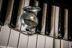 Rova på gammalt tangentbordpiano Arkivfoton