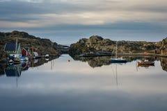 Rovaer在海于格松,挪威- januray 11日2018年:有小船的风平浪静和船库、美好的风景和天空 的treadled 库存照片