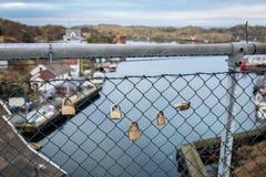 Rovaer, Haugesund in Norwegen, am 11. Januar 2018: Einige Vorhängeschlösser, die an der Masche ficht an der Brücke hängen Rovaer stockfotografie