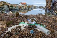 Rovaer w Haugesund, Norwegia - januray 11, 2018: Klingeryt banialuki przy plażą przy Rovar i butelki wyspa outside obrazy stock