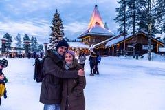 Rovaniemi - 16-ое декабря 2017: Путешественники в vill Санта Клауса стоковые изображения