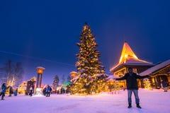 Rovaniemi - 16-ое декабря 2017: Путешественники в vill Санта Клауса стоковые фотографии rf