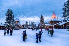 Rovaniemi - 16 décembre 2017 : Voyageurs dans le vill de Santa Claus image libre de droits