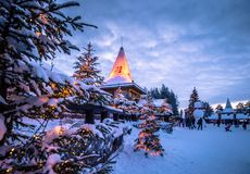 Rovaniemi - 16 de dezembro de 2017: Vila de Santa Claus de Rovaniemi, imagens de stock