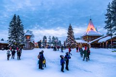 Rovaniemi - 16 December, 2017: Reizigers in Santa Claus vill royalty-vrije stock afbeelding