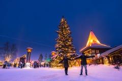 Rovaniemi - 16 December, 2017: Reizigers in Santa Claus vill royalty-vrije stock fotografie