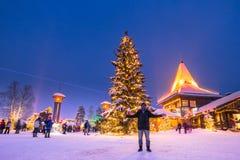 Rovaniemi - 16 December, 2017: Reizigers in Santa Claus vill royalty-vrije stock foto