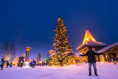 Rovaniemi - 16 December, 2017: Reizigers in Santa Claus vill royalty-vrije stock foto's