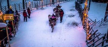 Rovaniemi - 16 December, 2017: Toeristen die rendieren in Sant berijden royalty-vrije stock foto's