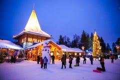 Rovaniemi - 31 December, 2015: Toeristen die van de winter in S genieten stock foto