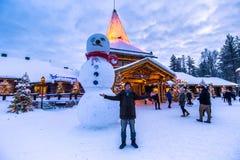 Rovaniemi - 16. Dezember 2017: Reisende im Santa Claus-vill Stockbild