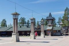ROVANIEMI, FINLANDIA - 22 DE JULIO DE 2016: Pueblo del día de fiesta de Santa Claus Foto de archivo