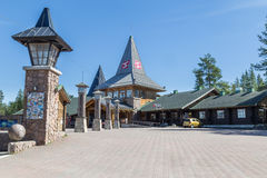 ROVANIEMI, FINLANDIA - 22 DE JULIO DE 2016: Pueblo del día de fiesta de Santa Claus Imagen de archivo