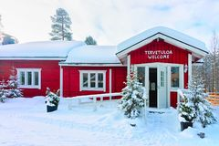 Rovaniemi, Finlandia - 3 de março de 2017: Casa acolhedor Floresta da neve do inverno na exploração agrícola finlandesa de Saami  foto de stock