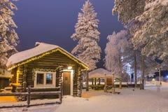 Rovaniemi- Finnland, am 29. Dezember 2017: Altes arktisches Häuschen in Sankt Claus Joulupukki Village Lizenzfreies Stockfoto