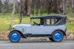 Rover 1926 9/20 de Tourer que conduz na estrada secundária Imagem de Stock