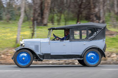 Rover 1926 9/20 voiture de tourisme conduisant sur la route de campagne Image stock