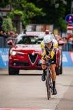 Rovereto Italien Maj 22, 2018: Yrkesmässig cyklist på mållinjen av tidförsöketappen från Trento till Rovereto arkivfoto