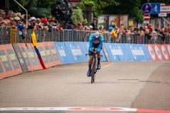 Rovereto Italien Maj 22, 2018: Yrkesmässig cyklist på mållinjen av tidförsöketappen från Trento till Rovereto fotografering för bildbyråer